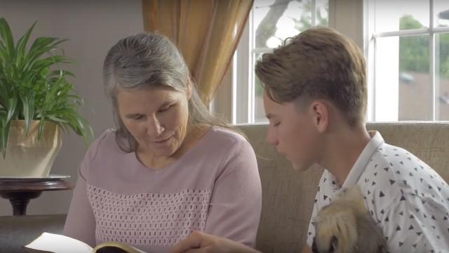 Oma und Enkel lesen die Worte Gottes