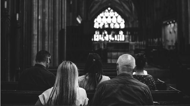 Leute in der Kirche, Gottesdienst