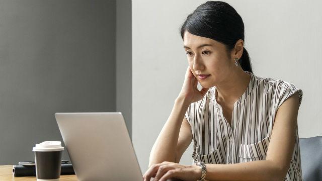 eine Frau arbeitet mit dem computer