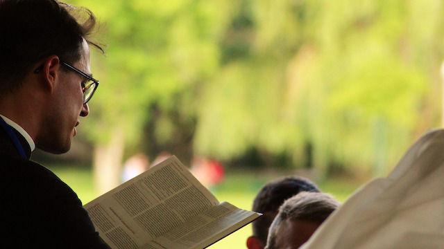 Pastor liest die Bibel