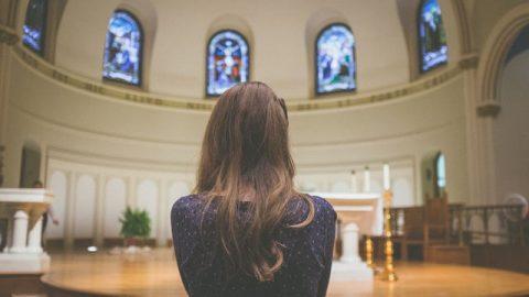 ein Mädchen in der Kirche