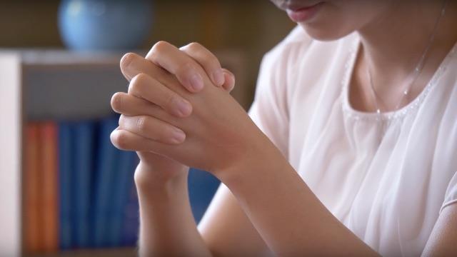 Ein Mädchen betet zu Gott