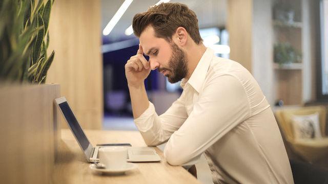 Ein Man arbeitet mit dem Computer