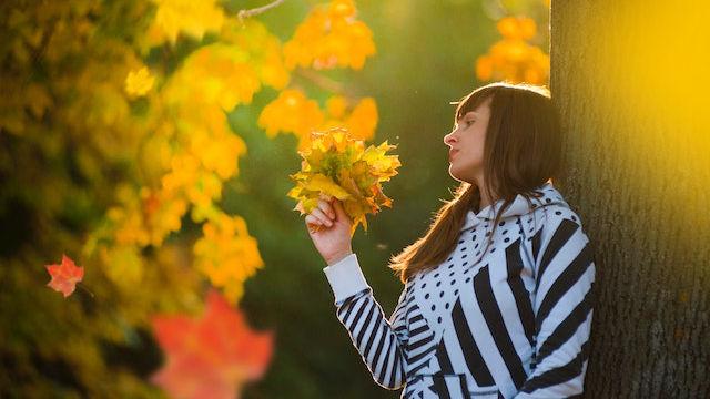ein Mädchen hält Blätter