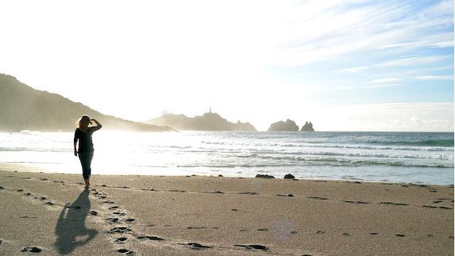 ein Mädchen am Meer spazieren