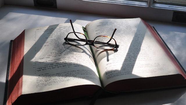 die bibel und einen Brille