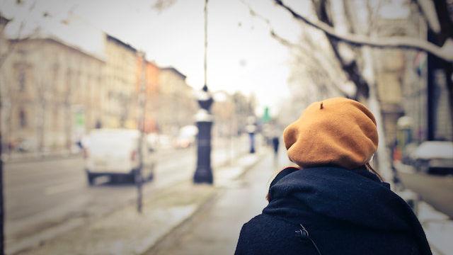 eine Frau, die auf der Straße geht