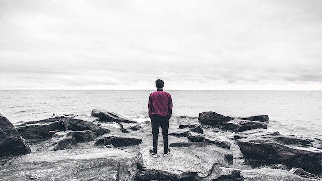 ein Mann, der am Meer steht