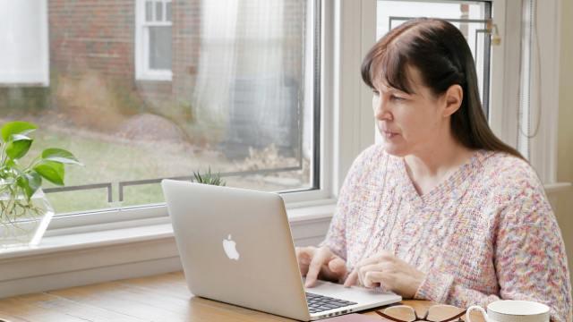 eine Christin arbeitet mit dem Computer