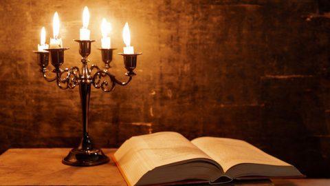 Bibel und Kerzenlicht