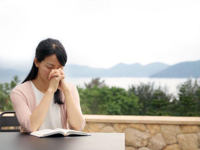 ein Mädchen betet