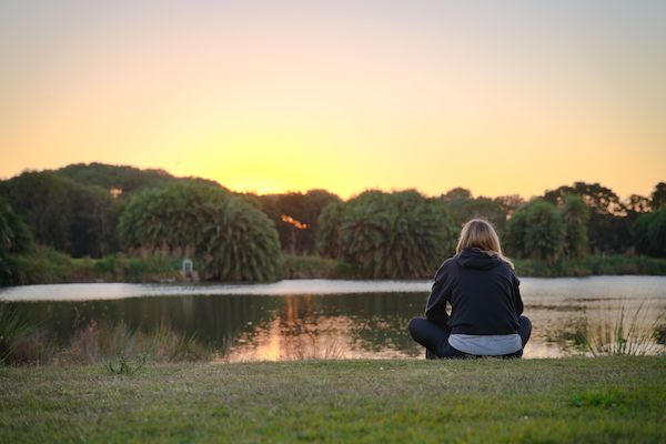 ein Mädchen am See sitzen